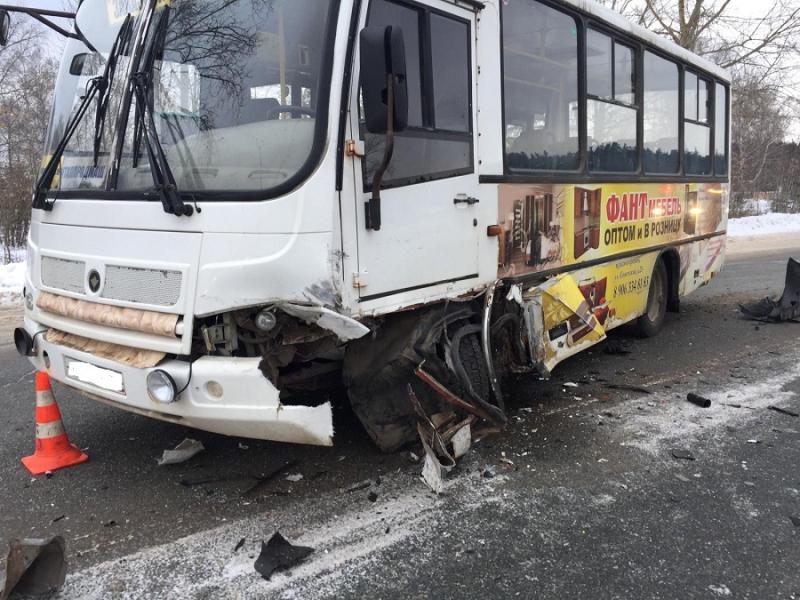 ВМарий Элстолкнулись автомобиль ипассажирский автобус