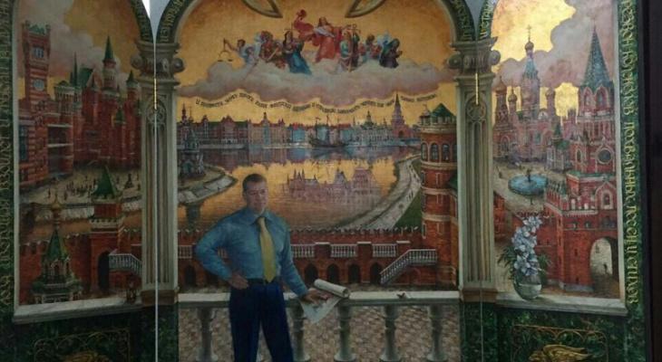 Йошкаролинец рассказал, что экс-глава любит коллекционировать картины со своим изображением
