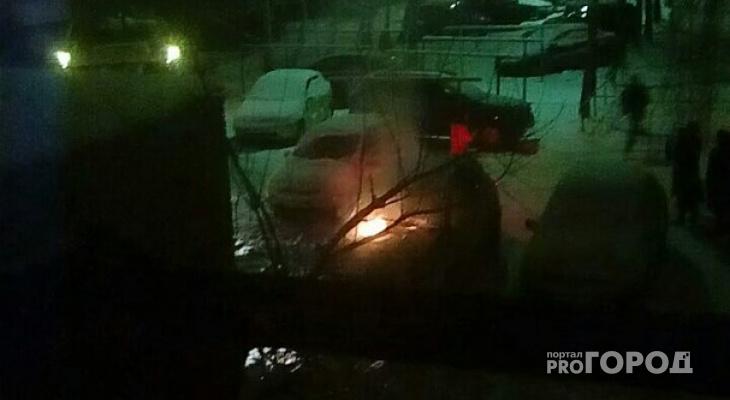 В йошкар-олинском дворе вспыхнул автомобиль