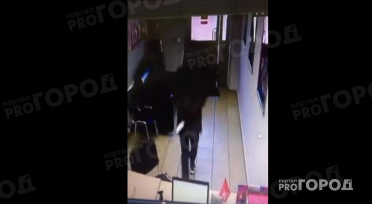 В Йошкар-Оле грабитель в черном чулке ворвался с ножом в организацию (ВИДЕО)