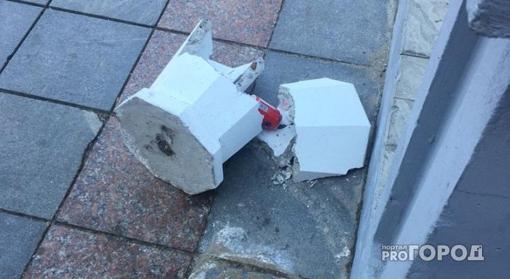 В Йошкар-Оле на набережной вандалы разломали новые урны