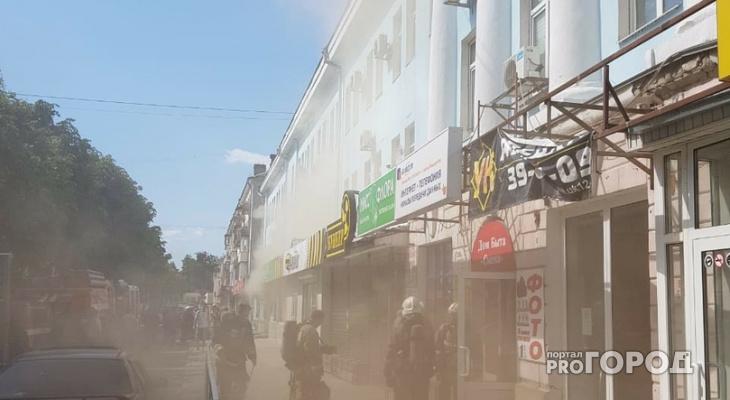 В Йошкар-Оле на бульваре загорелся салон: пожарные эвакуировали людей