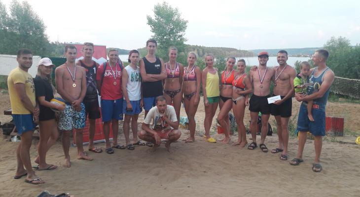 Загорелые мужчины и женщины из Йошкар-Олы поборолись на пляже