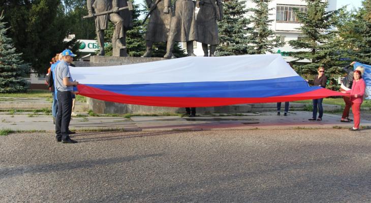 В Йошкар-Оле на площади развернули 7-метровый флаг России