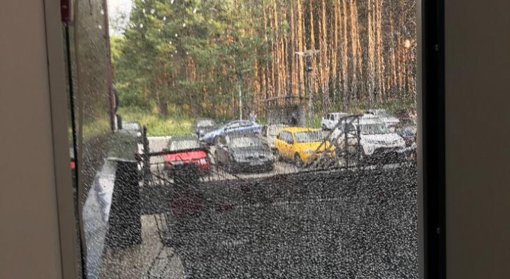 Подростки расстреляли витрину ТЦ в Йошкар-Оле из пистолета: подробности ЧП