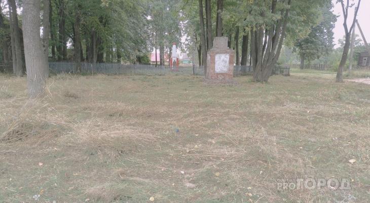 Эффект «Pro Город»: у памятника воинам ВОВ в Марий Эл, стоящему в зарослях, начали убирать территорию