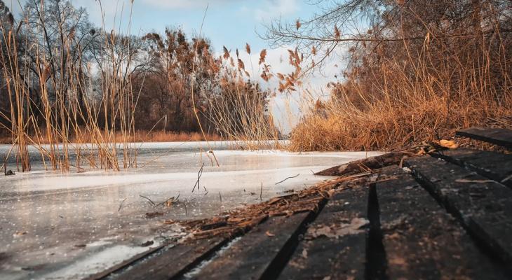 Бесстрашные парни уже пробуют йошкар-олинский лед на прочность