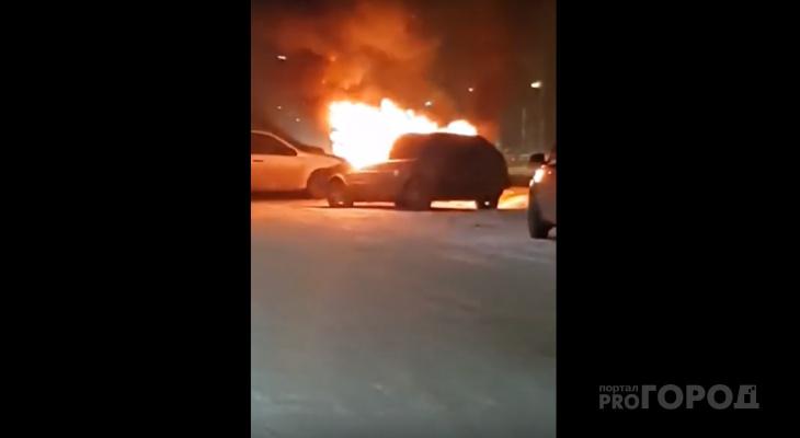 Йошкаролинцы «оттаскивали» припаркованные авто от горящей машины(ВИДЕО)