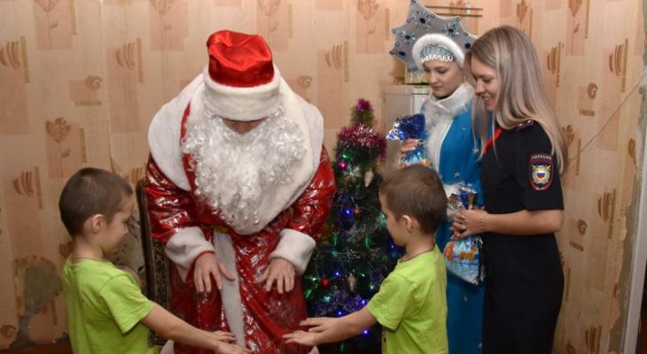 """В Йошкар-Оле полицейские в костюме Деда Мороза и Снегурочки """"нагрянули"""" к семьям на учете"""
