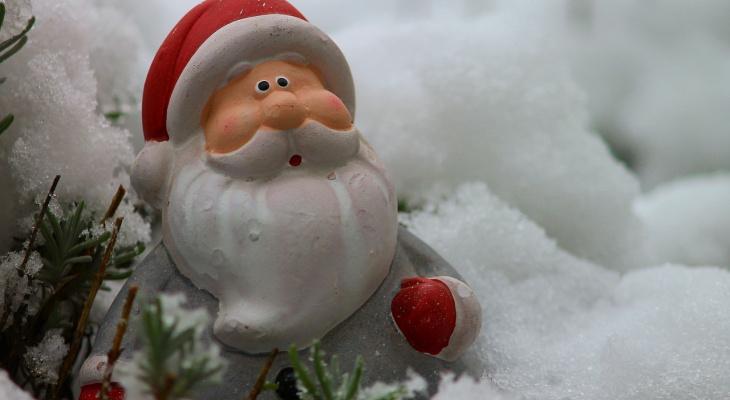 Дед Мороз и Снегурочка из Марий Эл подарили новогоднее настроение проезжающим авто