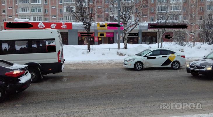 «Битва перевозчиков»: в Йошкар-Оле столкнулись маршрутка и такси