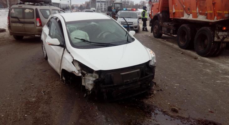 Тройное ДТП на Центральном мосту: в Йошкар-Оле иномарка зацепилась за снегопогрузчик (ВИДЕО)