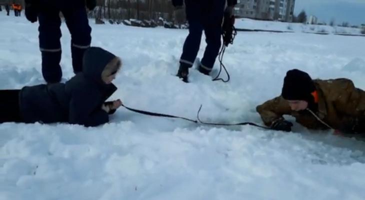 В Йошкар-Оле школьники «спасли» провалившегося под лед человека (ВИДЕО)