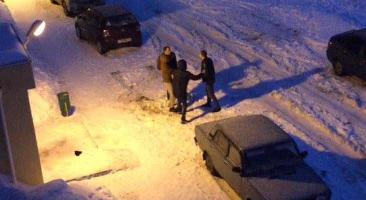 """""""Соседские войны в Марий Эл"""": мужчину ударили и брызнули """"перцовкой"""" за парковочное место"""