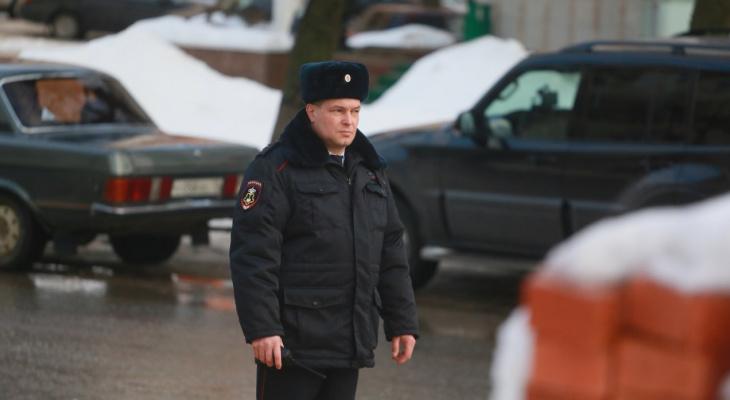 """Розыск поджигателя в Йошкар-Оле: утром неизвестный кинул """"молотов"""" в салон двух авто"""