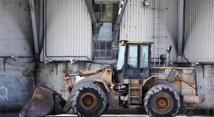 В Марий Эл во время чистки снега бульдозер с машинистом провалился под землю