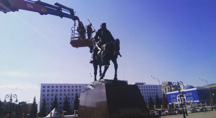 В Йошкар-Оле памятники и дорожные ограждения «приняли душ»