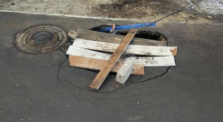 На дороге в пригороде Йошкар-Олы появилась глубокая яма после «схода» асфальта