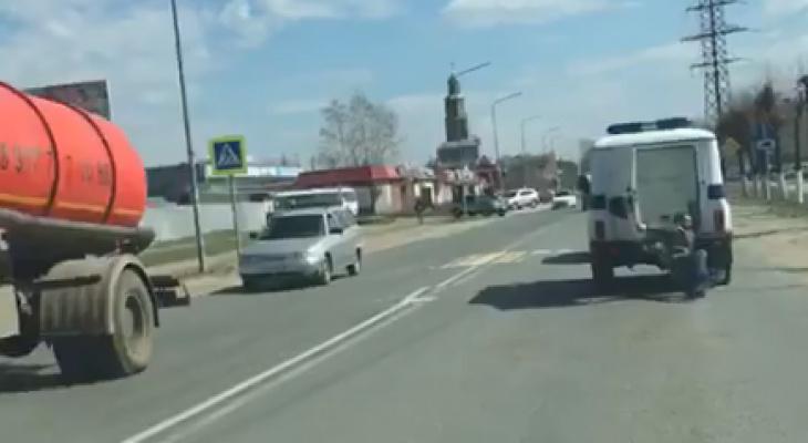 В Марий Эл пьяный мужчина выпал из полицейского автомобиля на ходу (ВИДЕО)