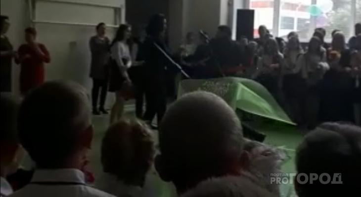 ШОК! В Марий Эл на «Последнем звонке» выпускник ударил депутата (ВИДЕО)