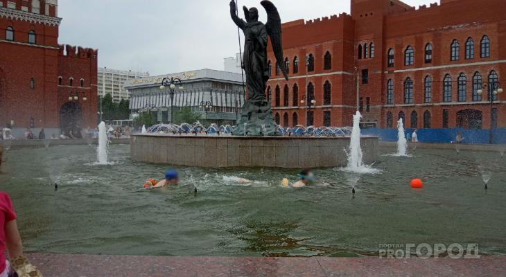 В День защиты детей мальчишки устроили заплыв в фонтане Архангела Гавриила