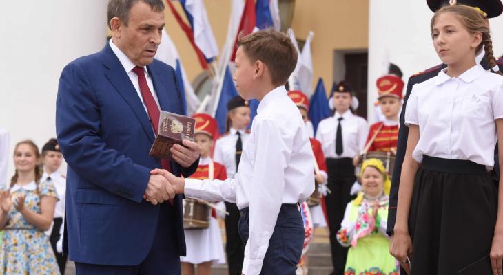 Александр Евстифеев вручил пять паспортов юным йошкаролинцам