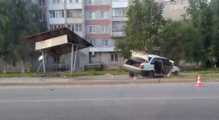 В Йошкар-Оле рано утром легковушка протаранила остановку