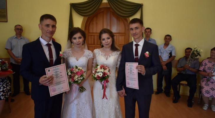 Пара на пару: в Марий Эл двойняшки вышли замуж за близнецов