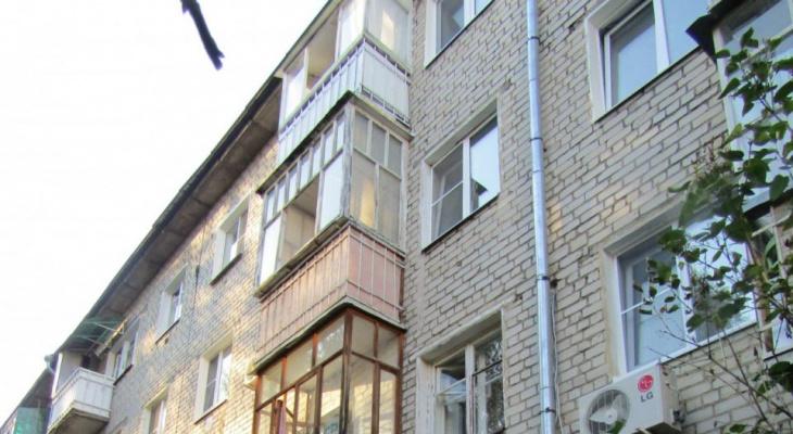 Стало известно, как из окна третьего этажа выпал трехлетний ребенок
