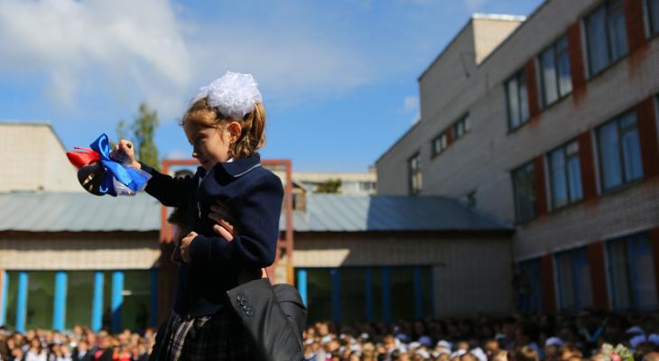 В Москве, Перми и других городах страны родители отказались от букетов на 1 сентября ради спасения детей