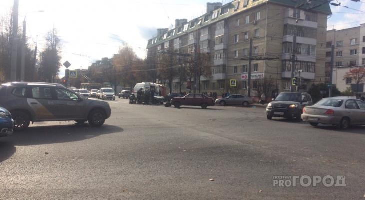 Жесткое ДТП на перекрестке в Йошкар-Оле: в машине зажало пассажира