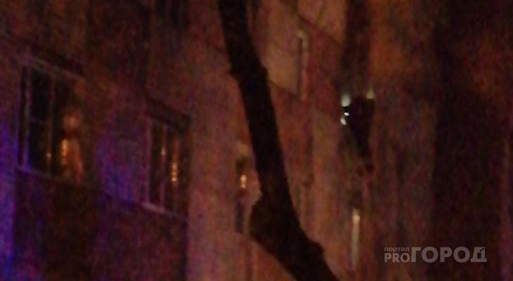 """В Йошкар-Оле поздно ночью жильцов многоквартирного дома эвакуировали из-за пожара в """"гостинке"""""""