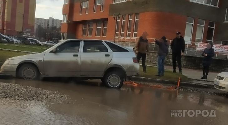 """В Йошкар-Оле на самой """"мертвой"""" улице в луже потонула отечественная легковушка"""