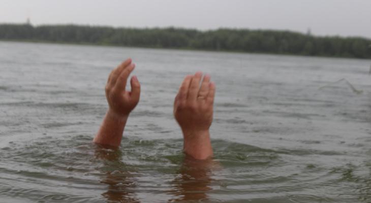 Жители Марий Эл подняли из озера тело мужчины