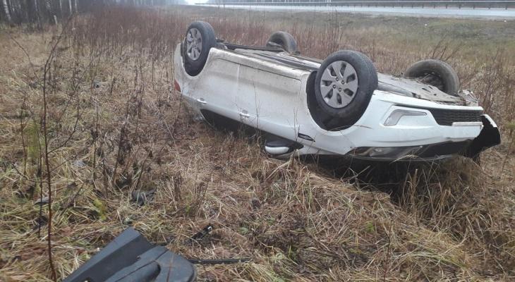 На Казанском тракте водитель не удержал Kia на проезжей части и перевернул ее