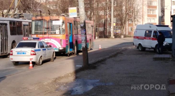 «Ее протащило несколько метров по асфальту»: Йошкаролинка на ходу выпала из троллейбуса
