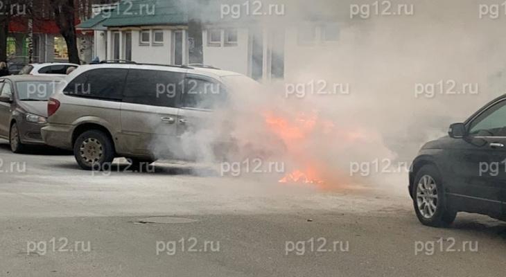 Видео дня: в Йошкар-Оле во дворе школы полыхал «Минивэн»