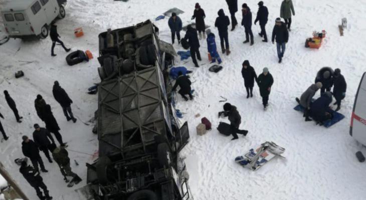 В Забайкалье автобус с пассажирами разбился, упав с моста: известно о 19 погибших