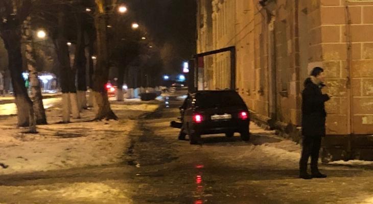 ДТП в Йошкар-Оле: от удара авто выбросило на пешеходную зону