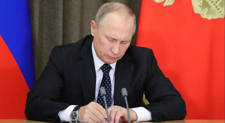 Президент России подписал закон о повышении МРОТ