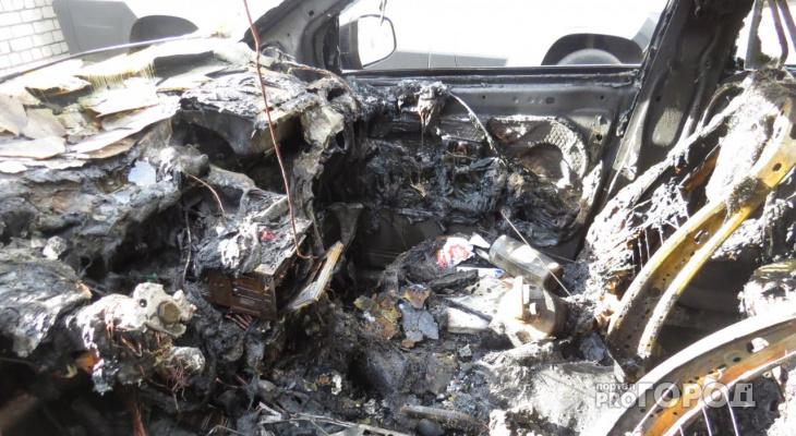 В Йошкар-Оле на Прохорова поздно вечером вспыхнул автомобиль