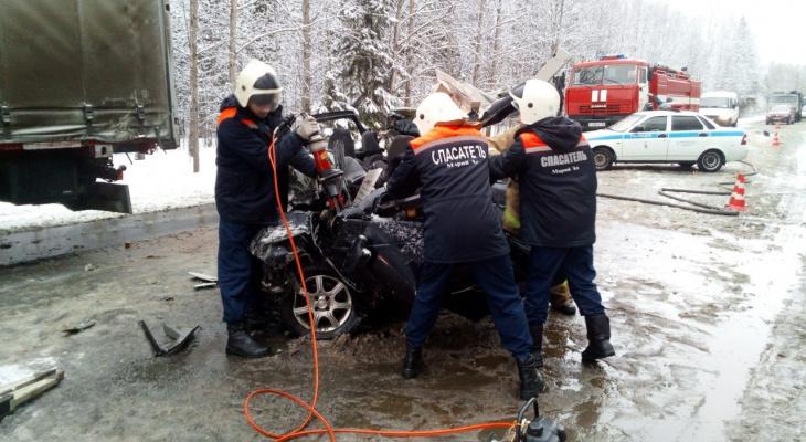 Спасатели деблокировали водителя Приоры, после столкновения с Volvo на трассе «Вятка»