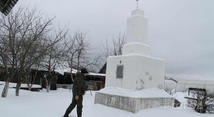 """Памятник солдатам ВОВ, который житель Марий Эл """"спрятал"""" у себя в огороде, оказался бесхозным"""