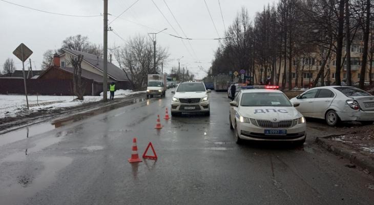 В Йошкар-Оле на перекрестке столкнулись Chevrolet и Mercedes