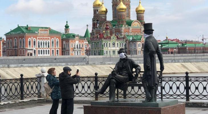 Против коронавируса: памятники Йошкар-Олы «надели» защитные маски