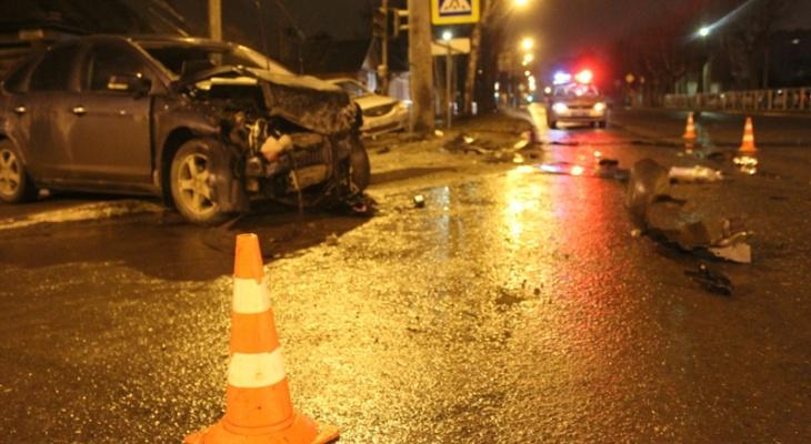 Ночью в Йошкар-Оле столкнулись две иномарки: четыре человека пострадали