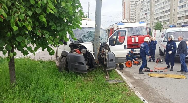 Тело погибшего водителя маршрутки в ДТП извлекали спасатели Марий Эл