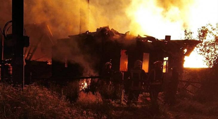 Ночью в пригороде Йошкар-Олы пожар охватил несколько домов