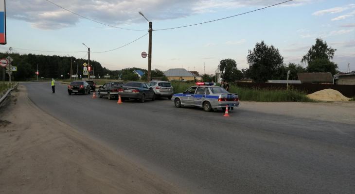 На улице в Йошкар-Оле столкнулись две иномарки и «пятнадцатая»