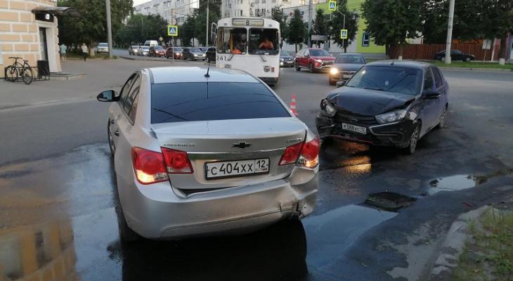 В Йошкар-Оле столкнулись две легковушки: на месте работали сотрудники МЧС